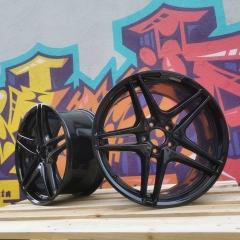 Schwarz Hochglanz Beschichtung mit Polyester Deckschicht für perfekten Schutz gegen Bremsstaub und sonstige Einflüsse auf der Straße. #LowLab #WheelsRestorationUniques #AMG #mercedesbenz